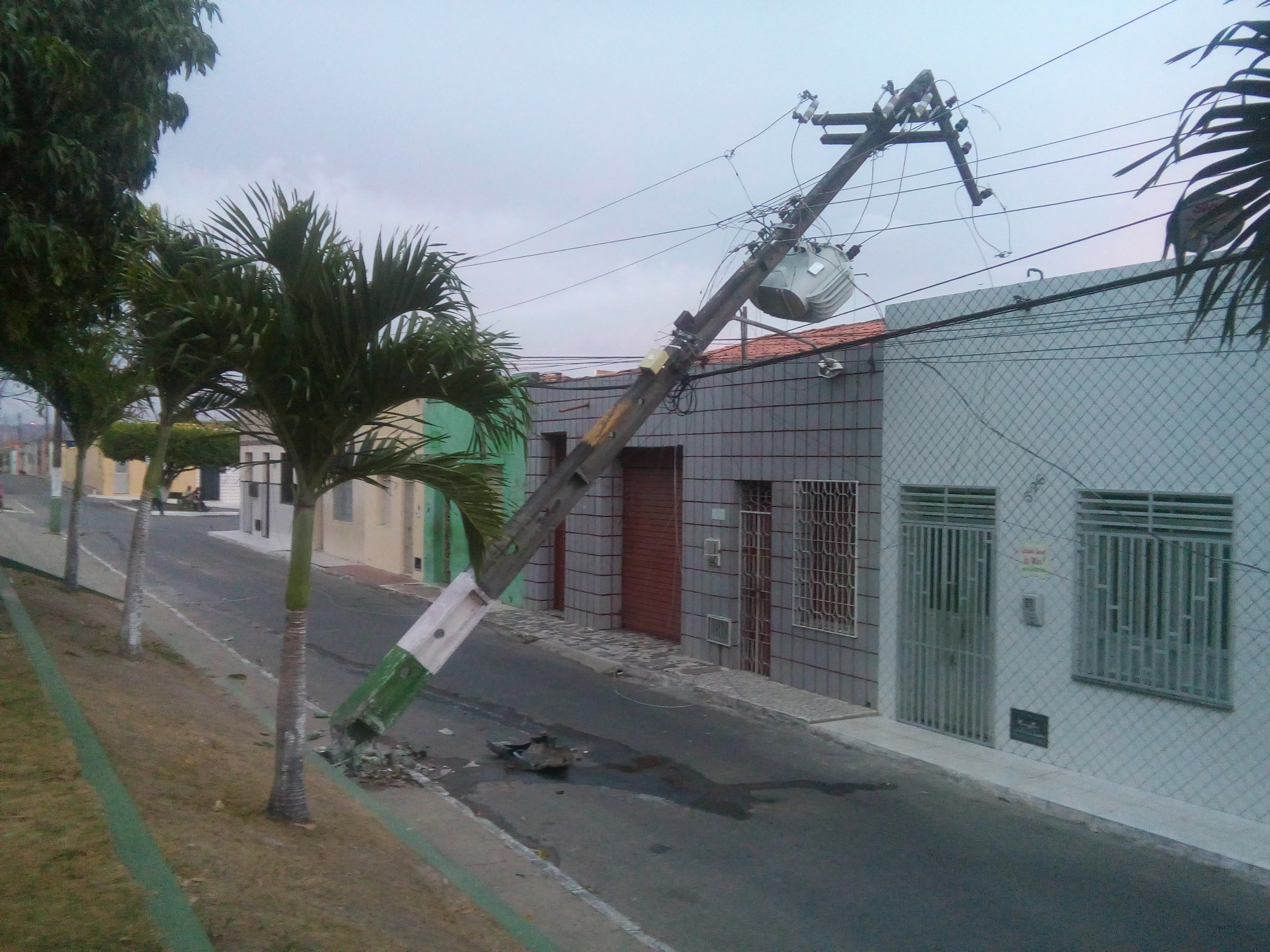 CARRO COLIDE E DERRUBA POSTE COM TRANSFORMADOR DURANTE A MADRUGADA