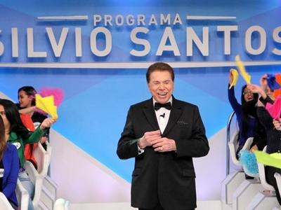 SILVIO SANTOS NÃO CONSEGUE FREAR CARRO E SOFRE PEQUENO ACIDENTE