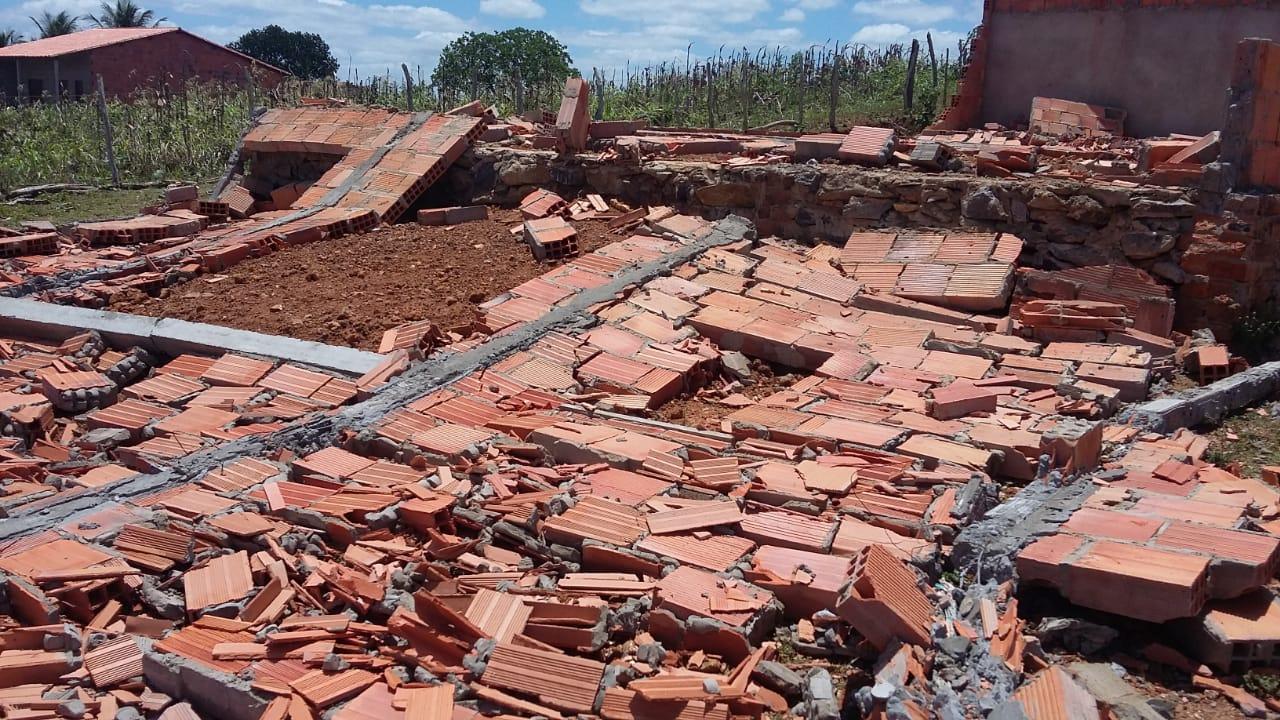 SIMÃO DIAS: TROVOADA COM FORTES VENTOS DESTELHAM CASAS E DERRUBAM CONSTRUÇÃO DE IGREJA
