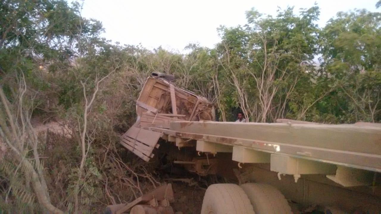 SIMÃO DIAS: CAMINHÃO TRANSPORTANDO TRATOR SE ENVOLVE EM ACIDENTE