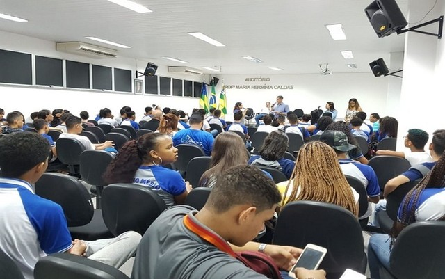 SERGIPE: ALUNOS DA REDE ESTADUAL OCUPAM SECRETÁRIA DE EDUCAÇÃO EM PROTESTO POR FALTA DE MERENDA