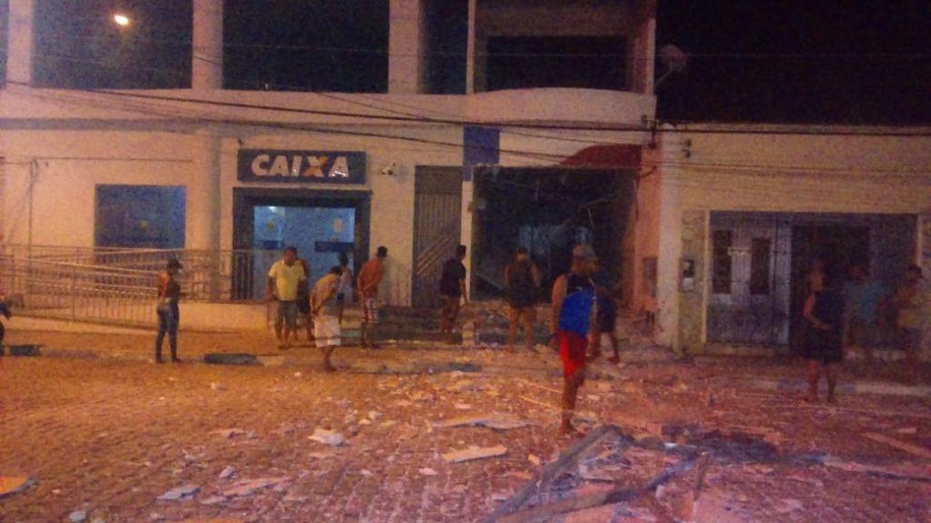 NOVA SOURE/BA: CAIXAS ELETRÔNICOS DE DOIS POSTOS SÃO EXPLODIDOS E DESTRUÍDOS