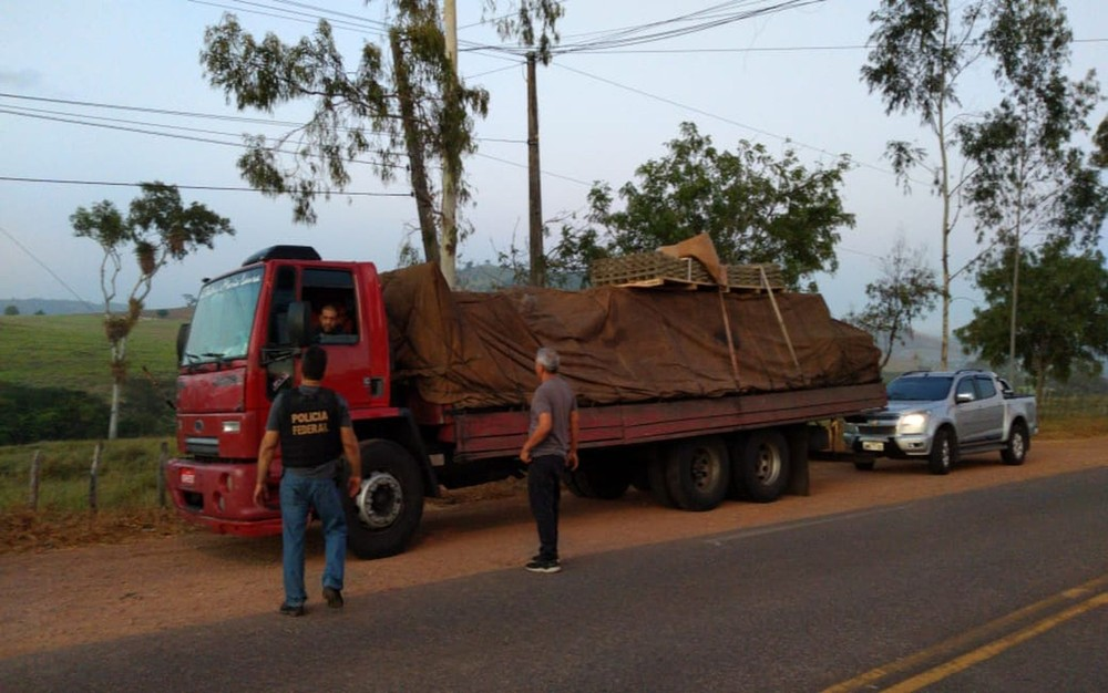 SIMÃO DIAS: CAMINHONEIRO É PRESO TRANSPORTANDO 60 KG DE MACONHA E 1 KG DE COCAÍNA