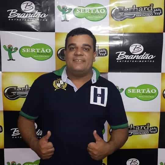 PARIPIRANGA/BA: CORPO DO LOCUTOR CONDINHA BRASIL É SEPULTADO