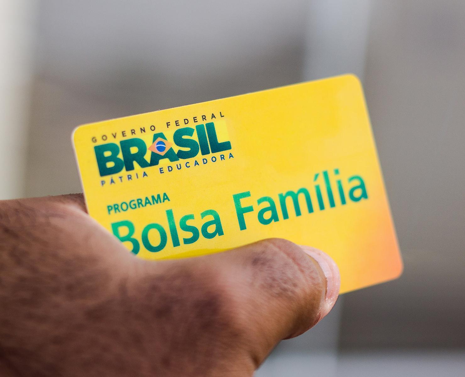 AUXÍLIO EMERGENCIAL: BENEFICIÁRIOS DO BOLSA FAMÍLIA COM NIS DE FINAL 4 RECEBEM NESTA TERÇA